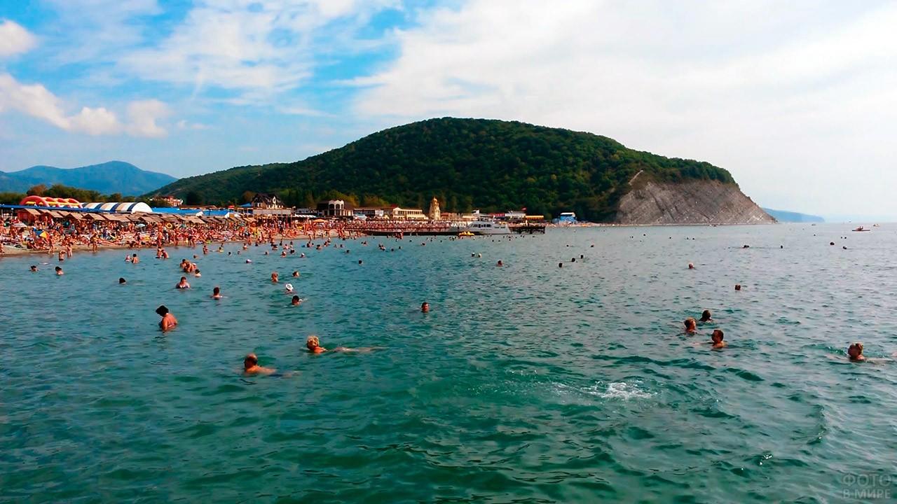 Отдыхающие в Чёрном море на фоне горы Ёжик