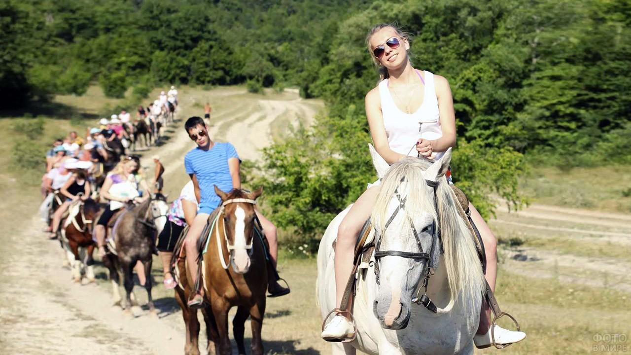 Подростки на конной прогулке в горах Архипо-Осиповки
