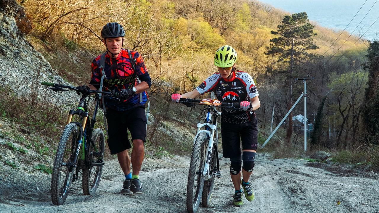 Велотуристы в осенних горах курорта Архипо-Осиповка