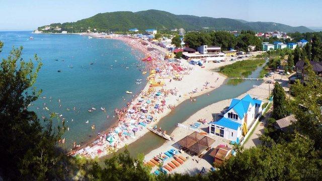 Вид на пляж с горы Ёжик