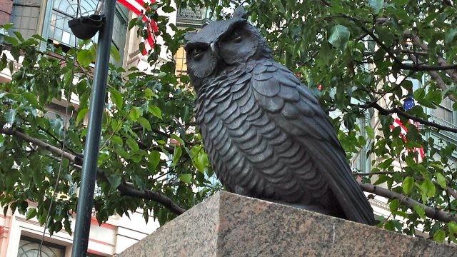 Чугунная сова на Геральд-сквер