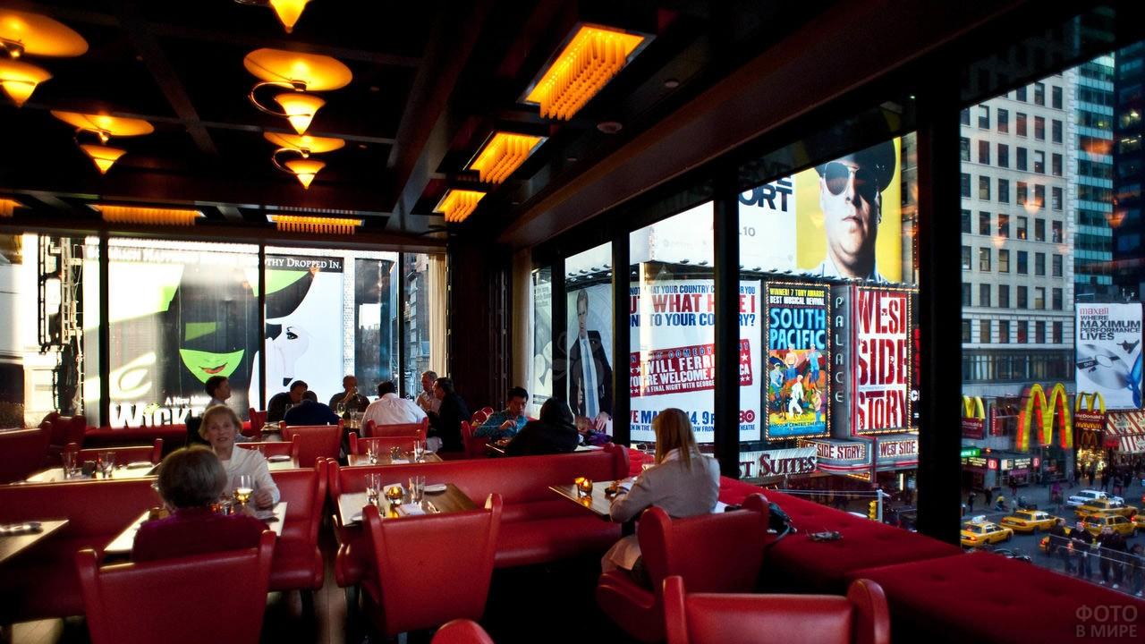 Кафе-бар Таймс на Бродвее с видом на Таймс-сквер