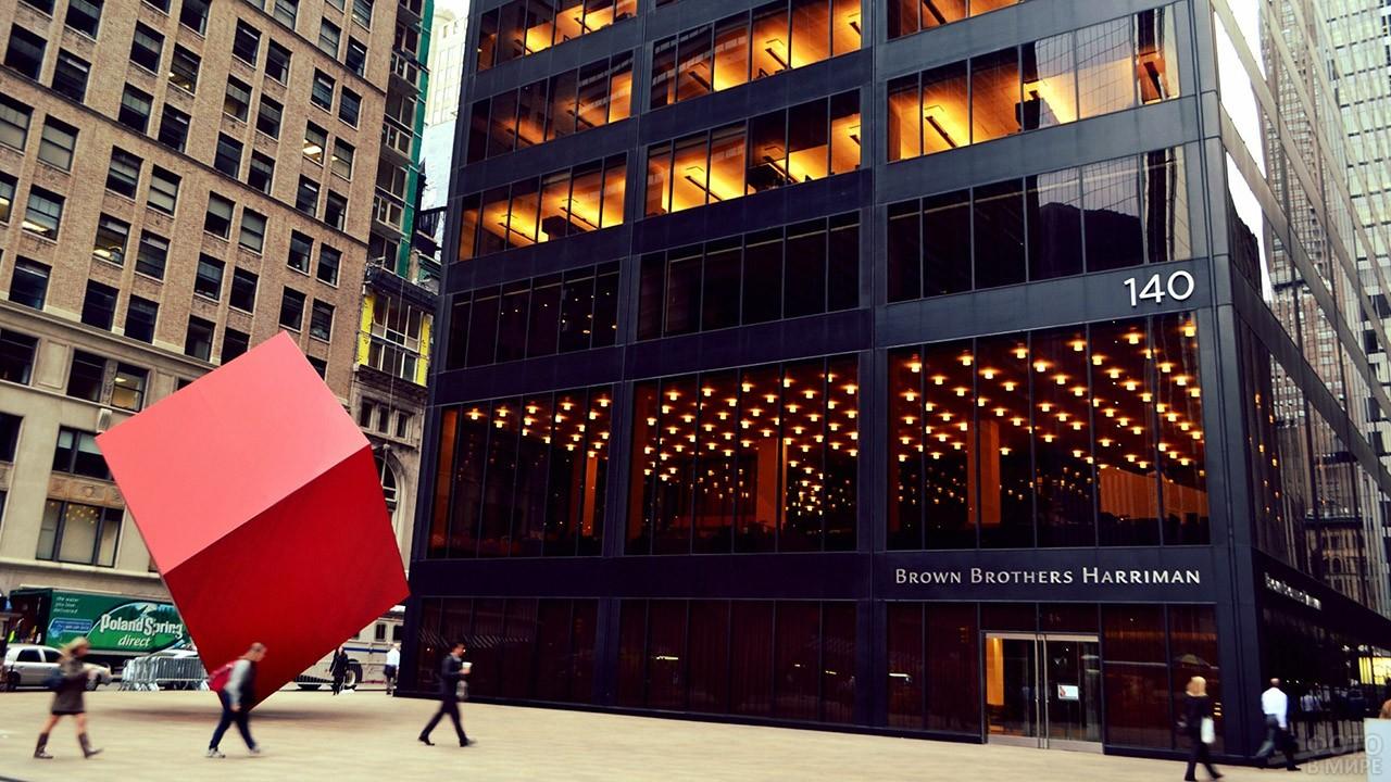 Красный куб перед зданием банка на Бродвее