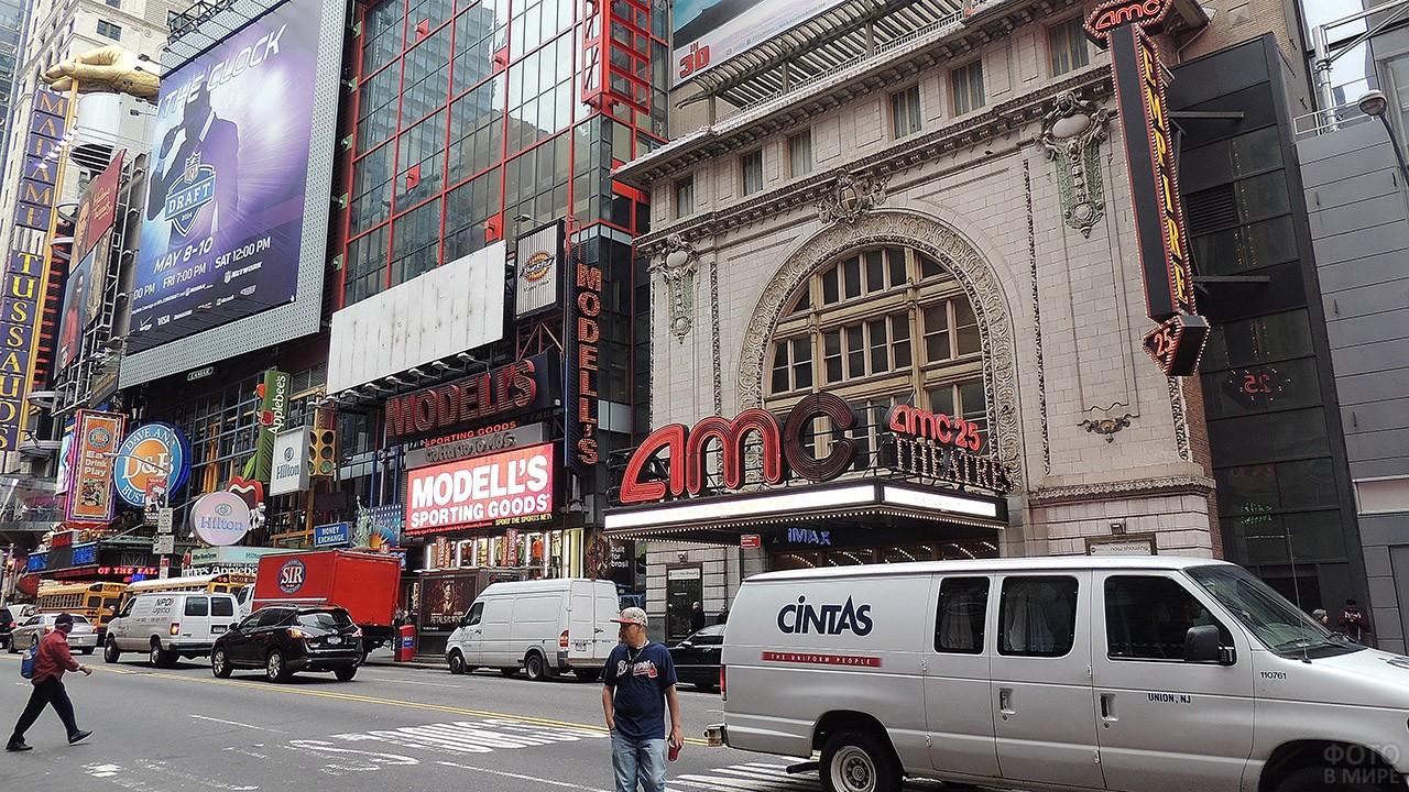 Один из мьюзик-холлов в театральном квартале Бродвея