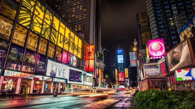 Огни рекламы на вечернем Бродвее