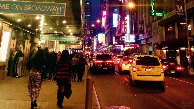 Пешеходы и такси напротив театра на Бродвее
