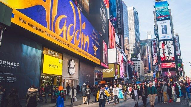 Поток туристов в театральном квартале Бродвея
