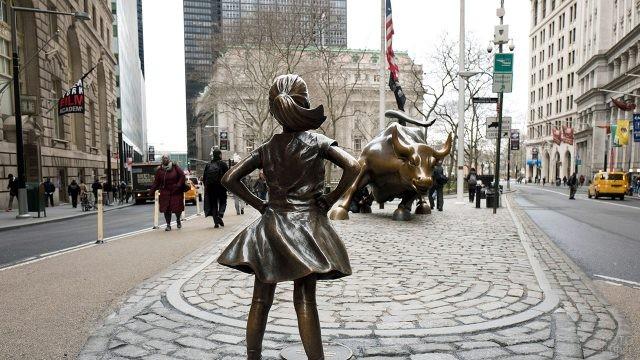 Скульптуры Храбрая девочка и Атакующий бык на Бродвее, пересечение с Уолл-стрит