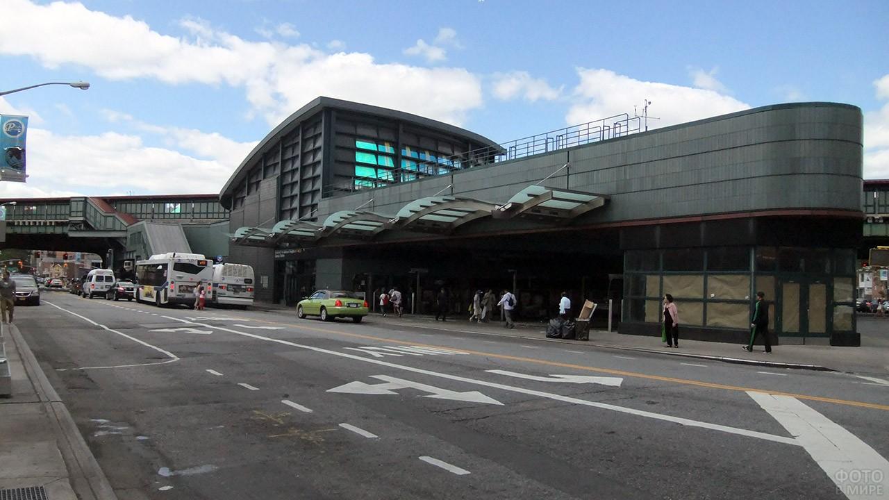 Станция метро на пересечении Рузвельт-авеню и Бродвея