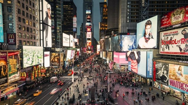 Вид сверху на вечерний Таймс-сквер