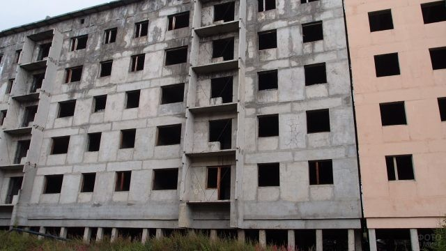 Бело-розовая пятиэтажка в брошенном городе