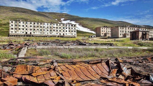 Куча металла на фоне заброшенного города