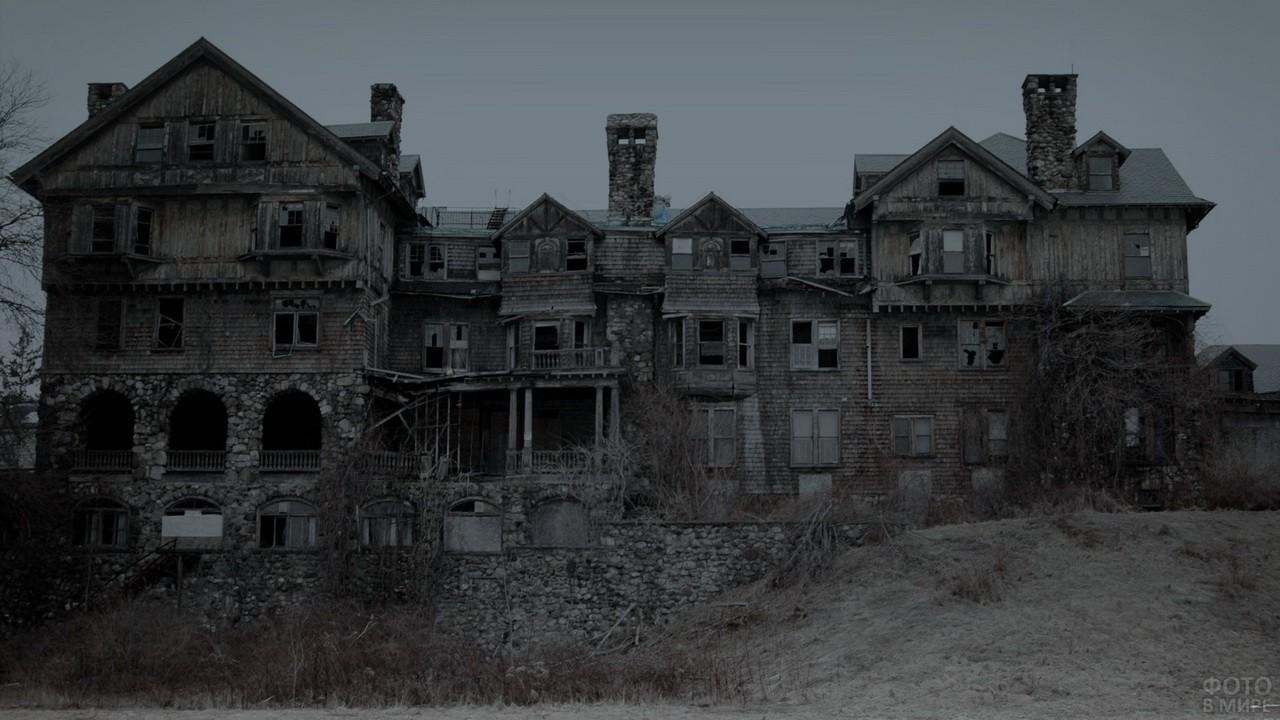 Один из домов города-призрака