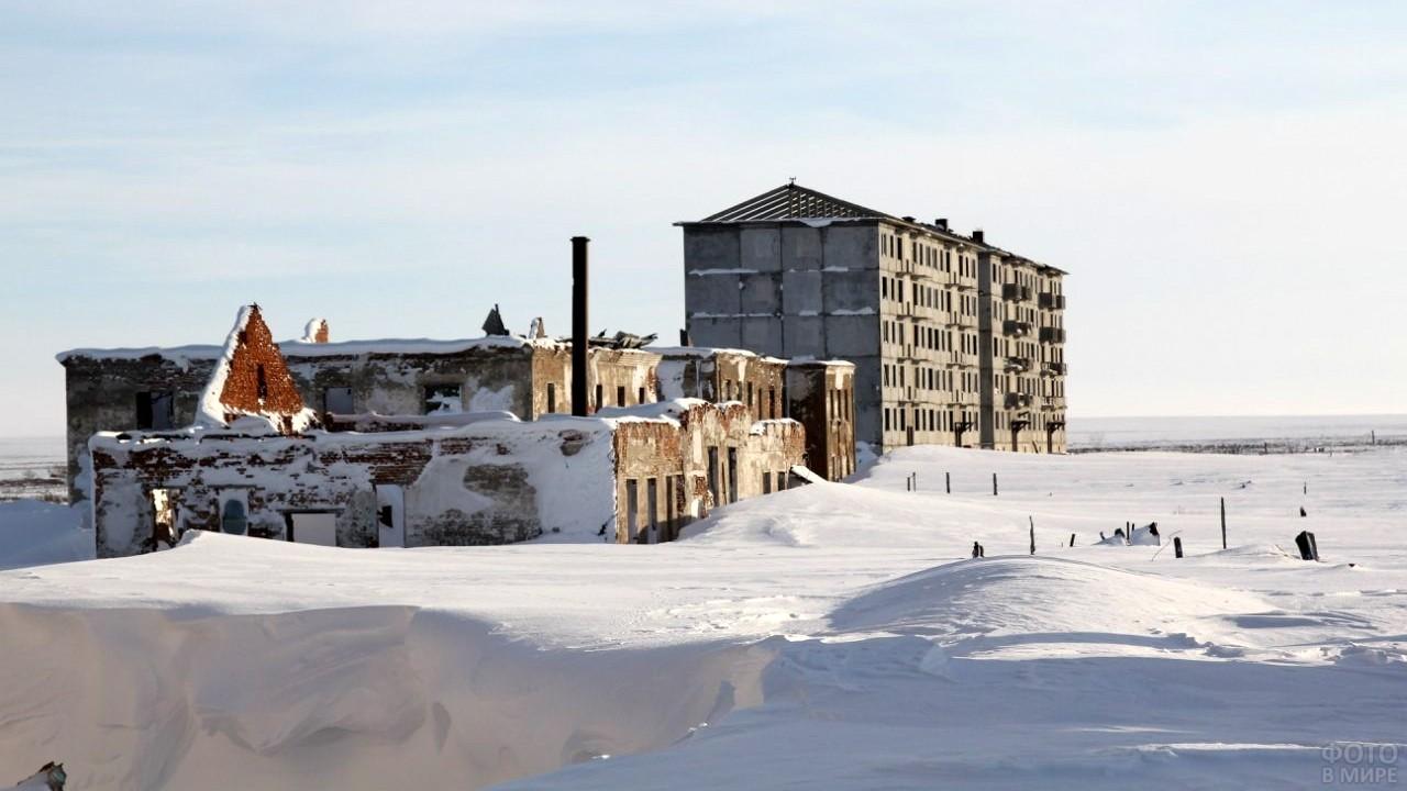 Полуразрушенные здания в посёлке Хальмер-Ю, республика Коми