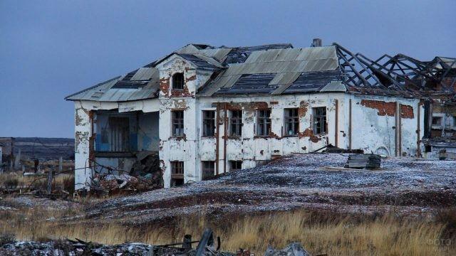 Разрушенная двухэтажка в Хальмер-Ю