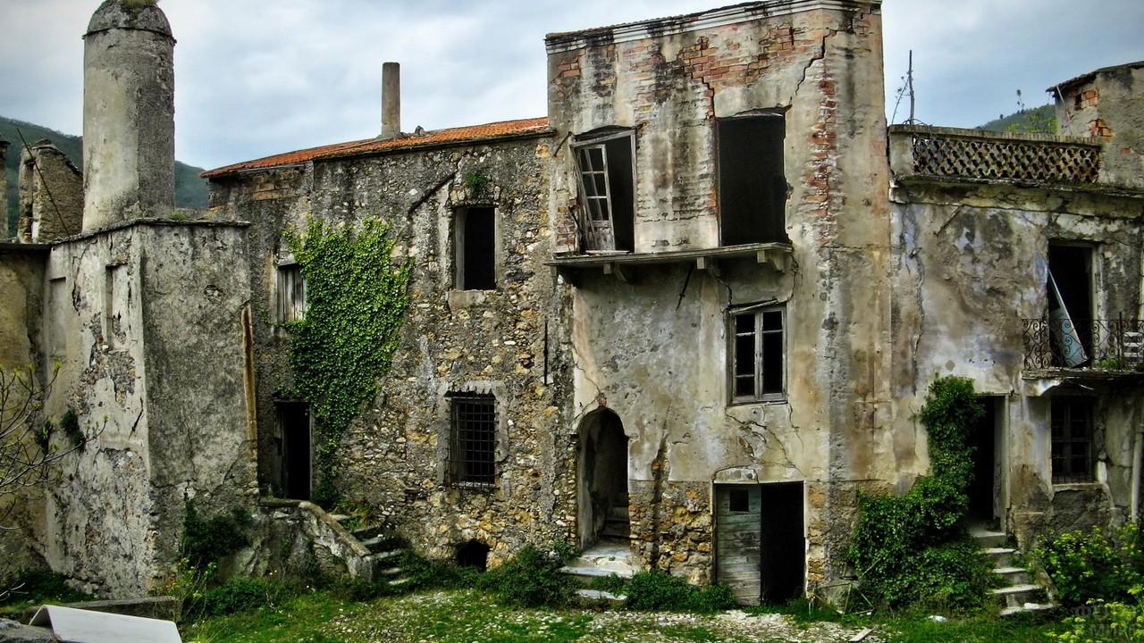 Развалины брошенного города в Италии