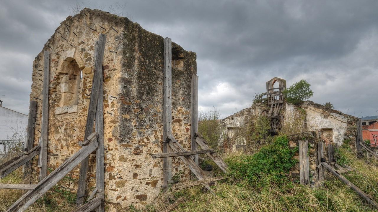 Руины церкви на холме