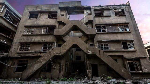 Здание в Хасиме с выбитыми окнами