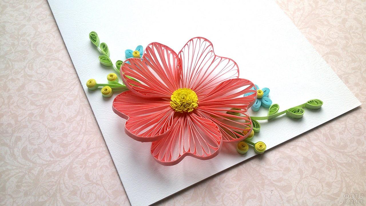Открытка с цветком в технике квиллинг