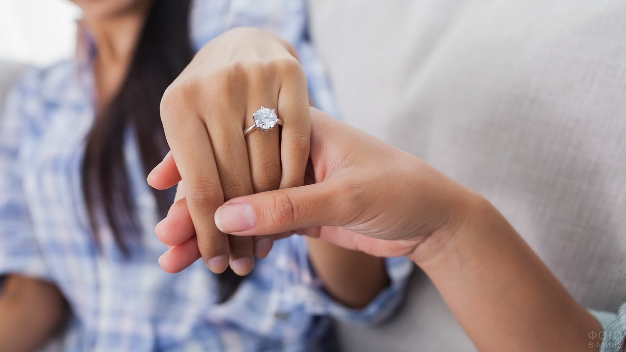 Девушка показывает подруге кольцо