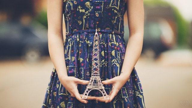 Эйфелева башня в женских руках