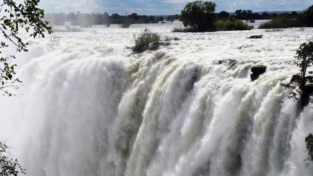 Бурные потоки водопада Виктория