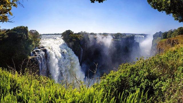 Изумрудная зелень берегов реки Замбези на фоне водопада Виктория