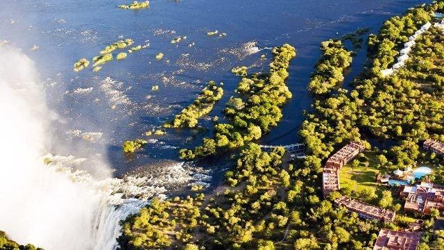 Отель в Замбии на берегу реки Замбези у водопада Виктория