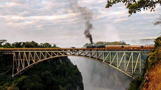 Паровоз на мосту через реку Замбези в районе водопада Виктория
