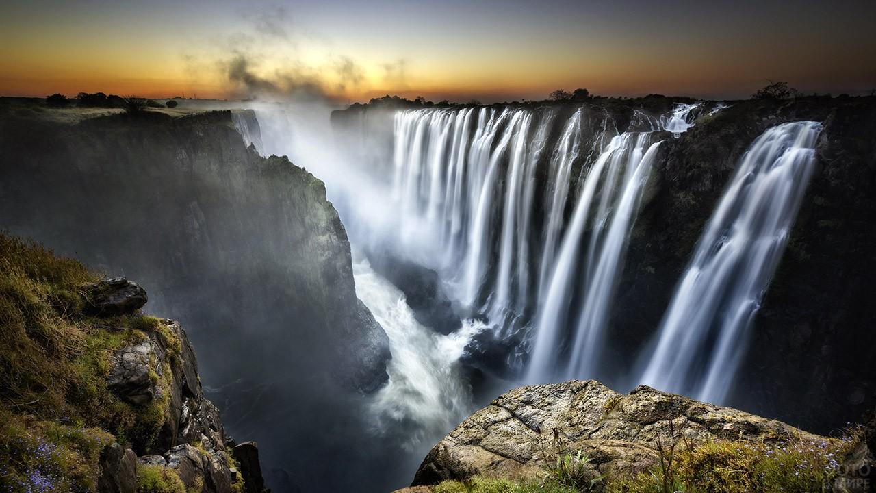 Серебристые струи водопада Виктория в лучах заката