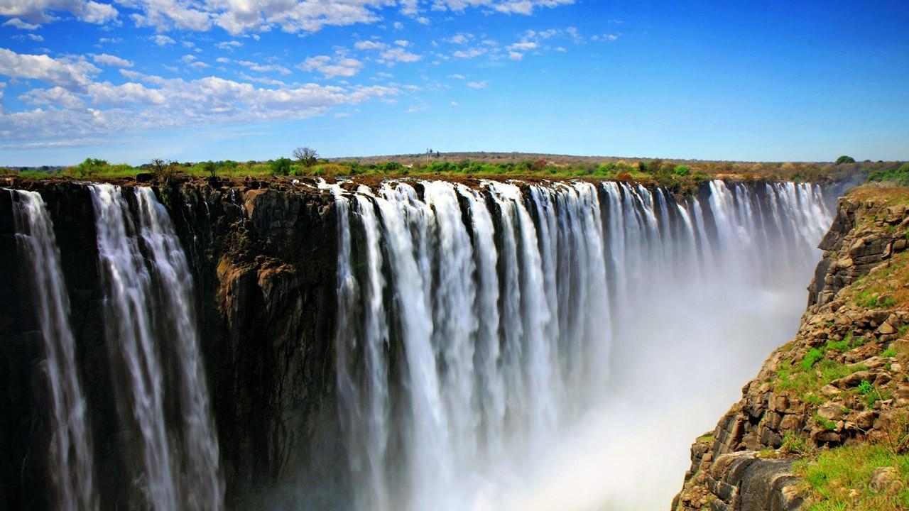Струи водопада Виктория, падающие в каньон