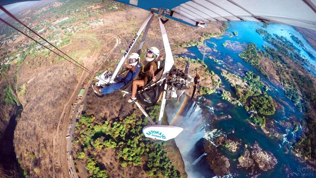 Туристы на микролайте над водопадом Виктория
