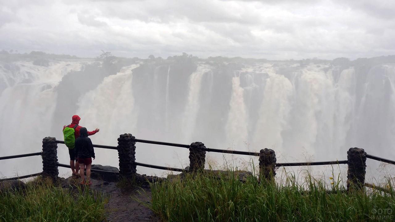 Туристы на смотровой площадке перед водопадом Виктория