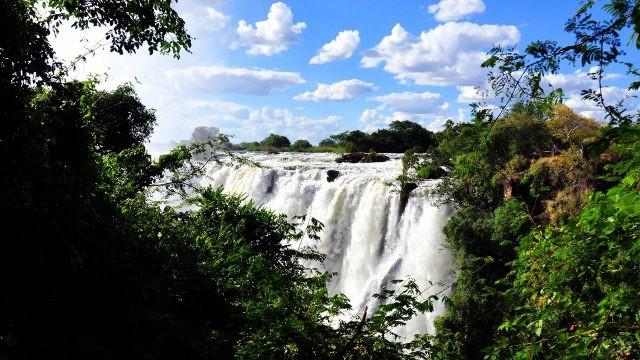 Вид на водопад Виктория из джунглей Замбии