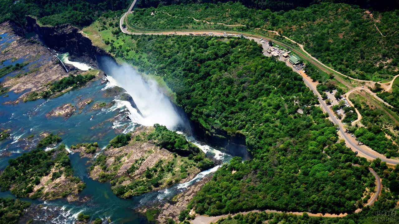 Вид на зелёную долину реки Замбези с высоты водопада Виктория