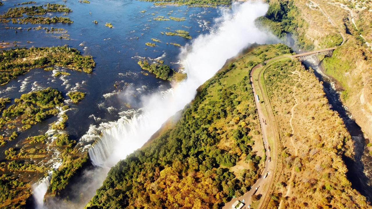 Вид сверху на автотрассу вдоль водопада Виктория