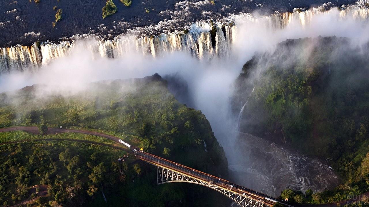 Вид сверху на железнодорожный мост у водопада Виктория