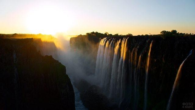 Водопад Виктория в косых лучах заходящего солнца