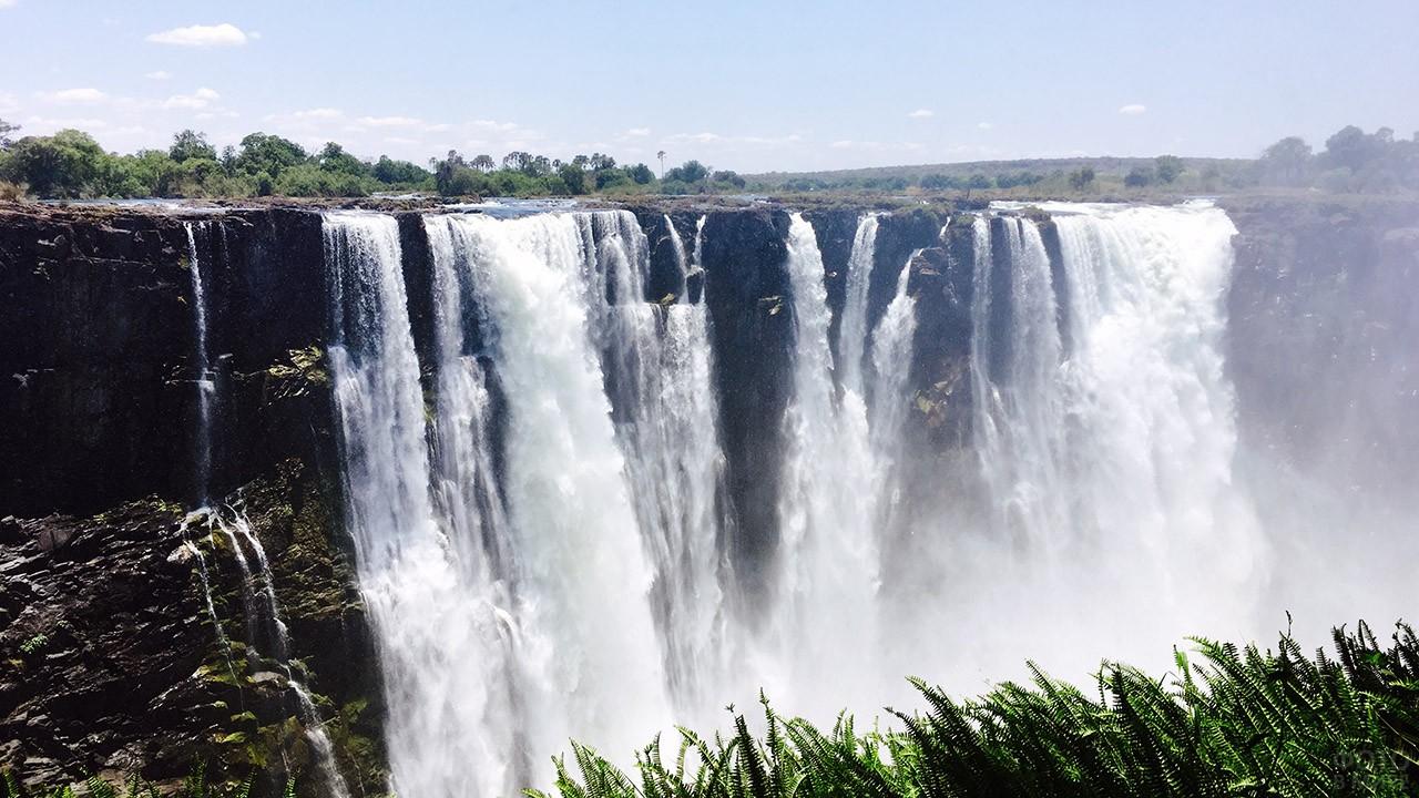 Воды реки Замбези в потоках водопада Виктория