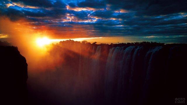 Закат в пасмурный день над водопадом Виктория