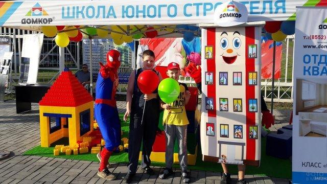 Мальчишки и аниматоры в детской зоне на Дне строителя в Набережных Челнах