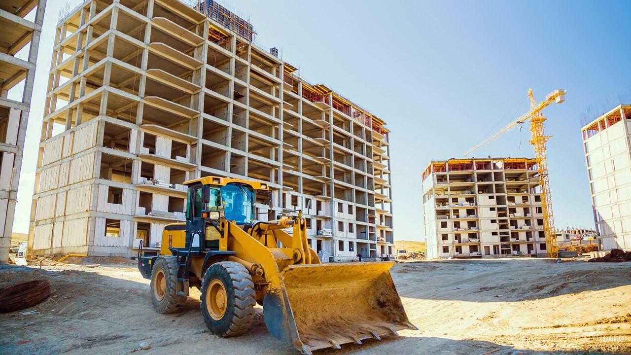 Погрузчик на строительстве жилого комплекса