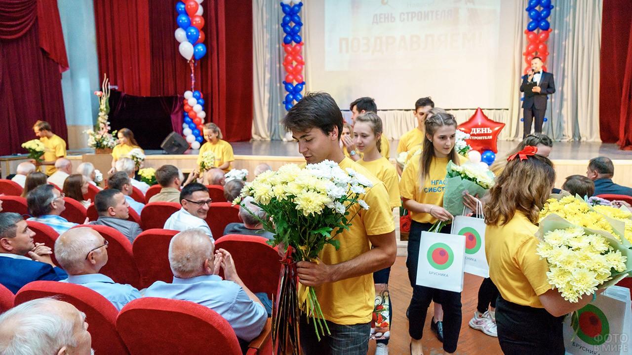 Поздравление строителей во время концерта в их профессиональный праздник