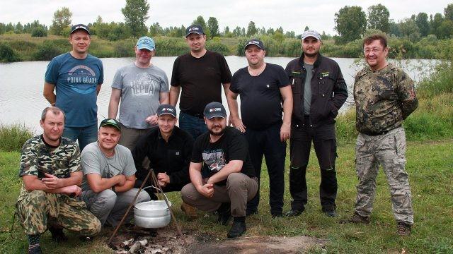 Строительная бригада на рыбалке в свой профессиональный праздник