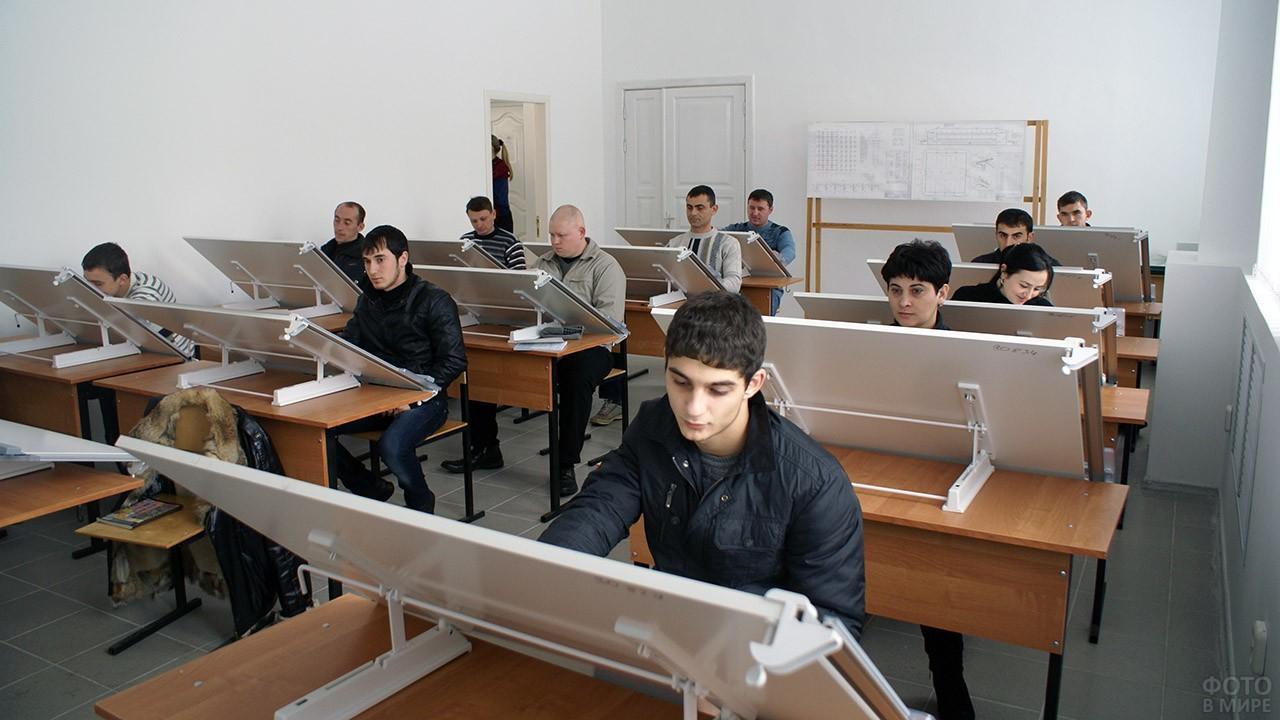 Студенты-архитекторы Майкопского ВУЗа в День строителя