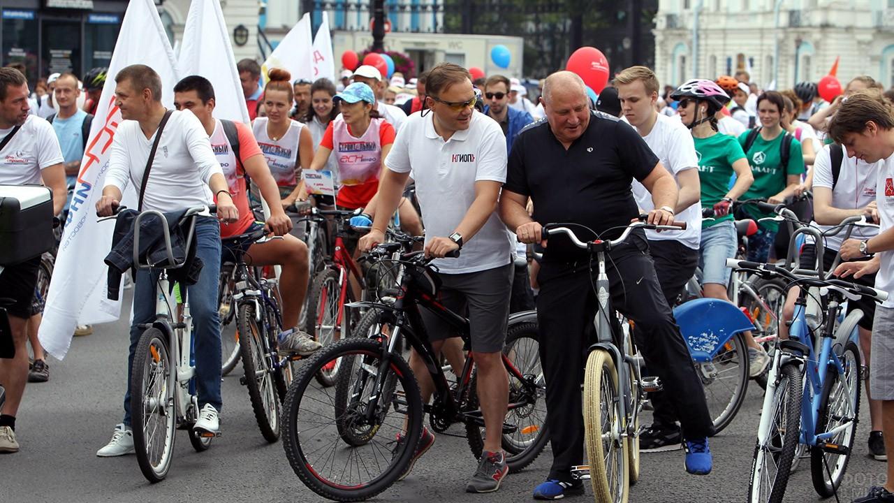 Участники петербургского велопробега в День строителя