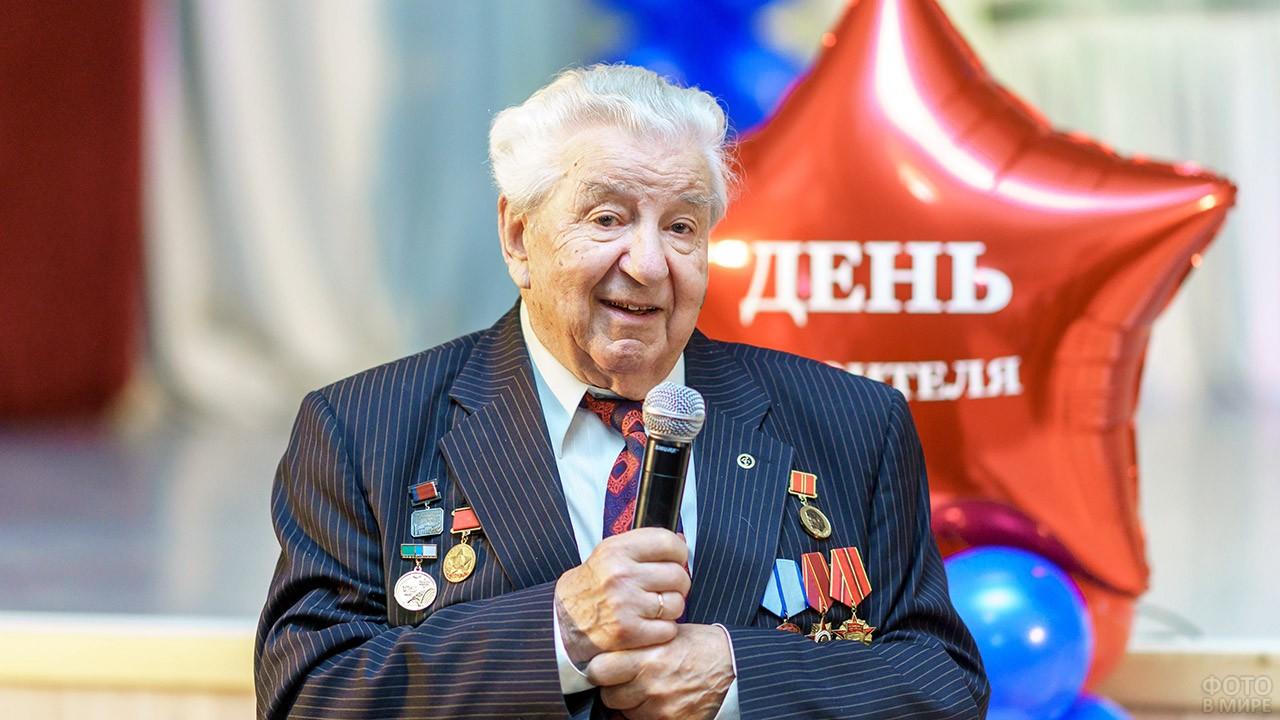 Ветеран на сцене с микрофоном в День строителя