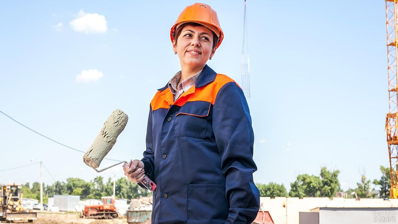 Женщина в каске на стройплощадке