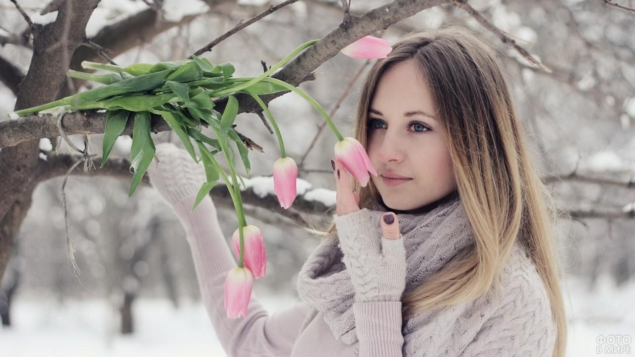 Девушка с тюльпанами в зимнем лесу