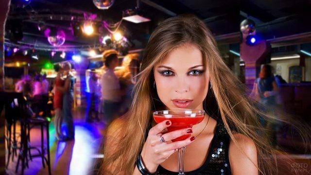 Девушка в клубе с бокалом